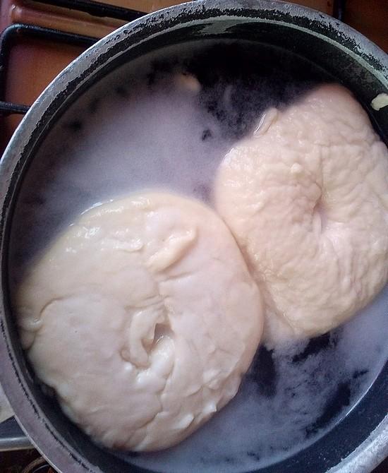 pain bagel en eau bouillante