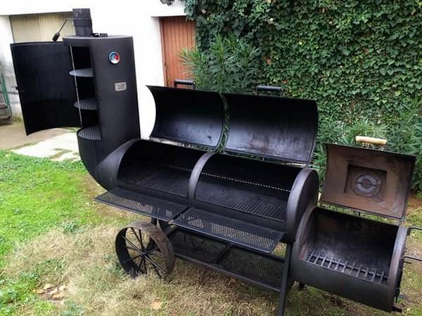 offset smoker avec fumoir dans la cheminée