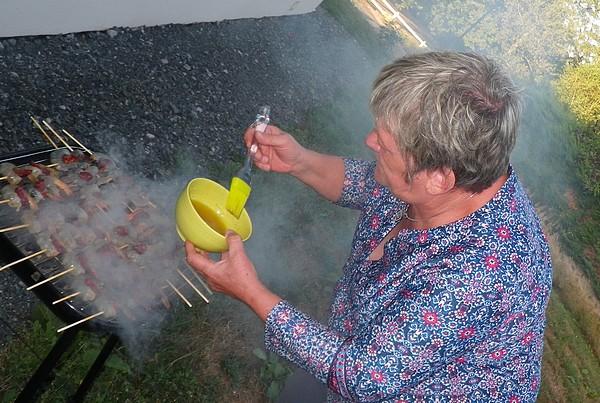 etaler une marinade barbecue pendant cuisson