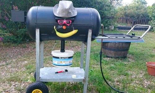 Barbecue avec une cuve de compresseur