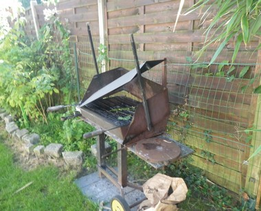 barbecue rouillé abandonné
