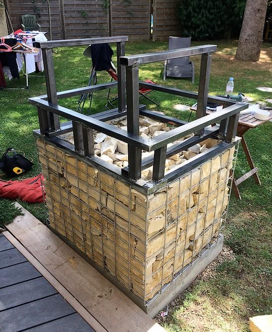 Structure barbecue acier sur gabion