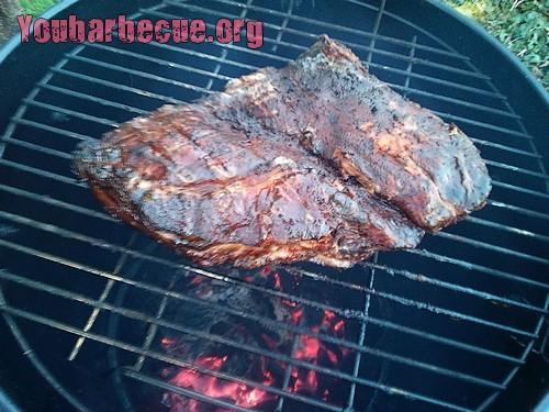poitrine en cuisson au barbecue