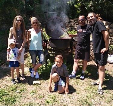 pose devant le barbecue bétonnière